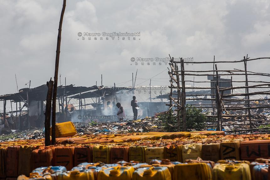 Traffico illegale benzina dalla Nigeria al Benin deposito taniche di benzina nei pressi di una discarica