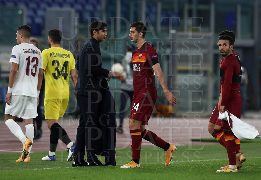 Football Soccer: UEFA Europa League UEFA Europa League Group A  AS Roma vs FCR Cluj, Olympic stadium, Rome, 5 November, 2020.<br /> Roma's coach Paulo Fonseca (c) celebrates with his players after winning 5-0 the Europa League football match between Roma and Cluj at the Olympic stadium in Rome on  5 November, 2020.<br /> UPDATE IMAGES PRESS/Isabella Bonotto