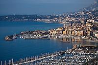 Europe/France/06/Alpes-Maritimes/Menton: le port et la vieille ville  avec l'église Saint-Michel et son campanile