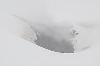 Vulkankrater, Vulkan-Krater, Krater im Gipfelbereich des Etna, im Frühjahr bei Schneesturm, Schnee und Wolkenverhangen, Wolke, Ätna, Etna, Vulkan, karge Vulkanlandschaft, Italien, Sizilien, Mount Etna, volcano