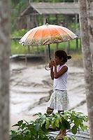 Vila São João Batista, no igarapé do Macaco, local do III Encontrão.<br /> <br /> Com a criação da Convenção sobre Diversidade Biológica - CDB -  tratado da Organização das Nações Unidas,  e a ratificação do protocolo de Nagoia em  2010,   se inicia um processo de organização para os  Povos e Comunidades Tradicionais em  busca de maior  qualidade de vida não apenas na Amazônia, mas em todo  mundo. <br /> <br /> Assim, em dezembro de 2013 a Rede Grupo de Trabalho Amazônico – GTA, em parceria com a Regional GTA/Amapá, o Conselho Comunitário do Bailique, Colônia de Pescadores Z-5, IEF, CGEN/DPG/SBF/MMA, juntamente com 36 comunidades do Arquipélago do Bailique, inicia o processo de criação do primeiro protocolo comunitário na Amazônia, instrumento que regula relações comerciais amparado por leis ambientais, estabelecendo o mercado justo, proteção da biodversidade,  entre outros . <br /> <br /> Desta forma, após dezenas de encontros, debates e oficinas,  as Comunidades Tradicionais do Bailique, articuladas pelo GTA,  se reuniram durante os dias 26, 27 e 28 de fevereiro, onde os moradores, em assembléia geral ordinária, definiram sua personalidade jurídica   criando uma associação para atuação comercial, votando seu estatuto e estabelecendo os diversos grupos de trabalho necessários para a gestão do Protocolo Comunitário.<br /> <br /> O encontro na comunidade São João Batista no furo do macaco(igarapé que dá acesso a vila), foz do Amazonas, recebeu cerca de 100 lideranças de 28 comunidades  nestes dias , que chegavam de barcos e canoas acompanhados por suas famílias<br /> <br /> Durante o debate,  representantes  do Ministério do Meio Ambiente, Ministério Público Federal, Fundação Getúlio Vargas, Embrapa e Conab esclareciam dúvidas e indicavam caminhos para fortalecer o primeiro protocolo comunitário na Amazônia.<br /> Arquipélago do Bailique, Vila São João Batista, Macapá, Amapá, Brasil.<br /> Foto Paulo Santos<br /> 28/02/2015