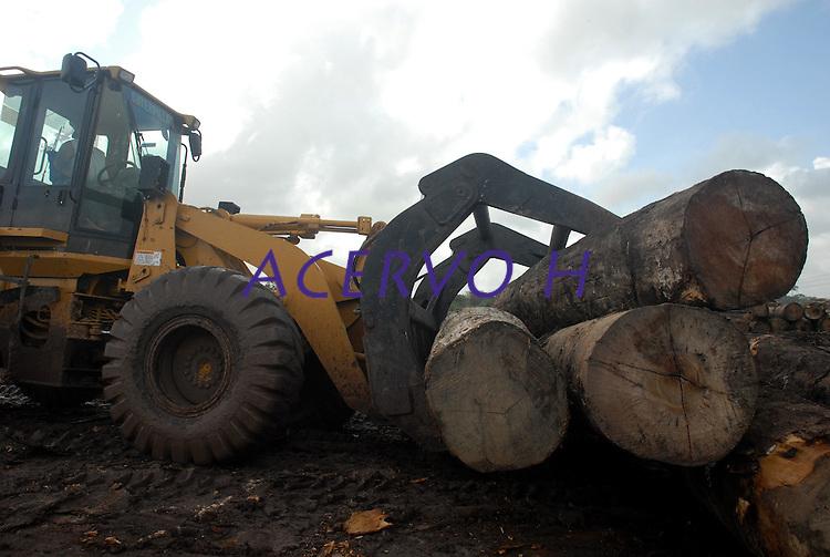 Caminhões saem carregados de madeira durante  a operação de carregamento das carretas que levarão os mais de 12.000 metros cúbicos de madeira apreendida .escoltados pela polícia Militar. A madeira será levada até Belémn onde será leiloada .<br /> 25/02/2008<br /> Tailândia, Pará, Brasil.<br /> Foto Paulo Santos