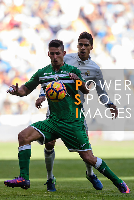 Gabriel Appelt Pires of Deportivo Leganes fights for the ball with Raphael Varane of Real Madrid during their La Liga match between Real Madrid and Deportivo Leganes at the Estadio Santiago Bernabéu on 06 November 2016 in Madrid, Spain. Photo by Diego Gonzalez Souto / Power Sport Images