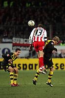 Milorad Pekovic (FSV Mainz 05) gewinnt das Kopfballduell gegen Florian Kringe (Borussia Dortmund)