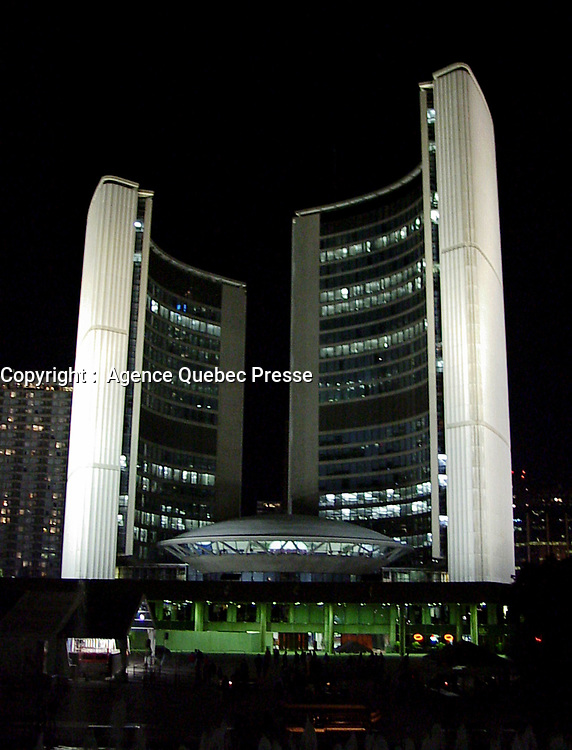 99-09-24. Toronto<br /> Toronto City Hall at night<br /> Photo : (c) Pierre Roussel, 1999 - AQP<br /> <br /> <br /> NOTE :  Digital Camera Image