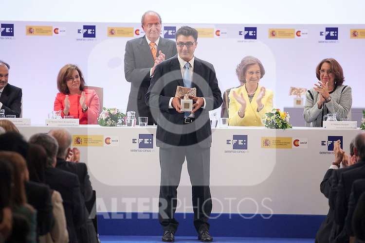 "Spain Vicepresident Soraya Saenz de Santamaria, King Juan Carlos of Spain and Queen Sofia of Spain with the photojournalist Pedro Armestre during the ""REY DE ESPAÑA"" International Journalism Awards and ¨DON QUIJOTE"" Journalism Award in Madrid, Spain. May 27, 2014. (ALTERPHOTOS/Victor Blanco)"