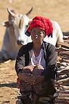 Myanmar, (Burma), Shan State, Thaung Tho tribal market. Local Pa-O tribe woman and Ox | Myanmar (Birma), Shan Staat, Thaung Tho: Einheimische des Pa-O Volksstammes auf dem Markt