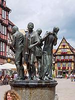 Markt mit Fachwerkhäusern und Brunnen, Quedlinburg, Sachsen-Anhalt, Deutschland, Europa, UNESCO-Weltkulturerbe<br /> fountain and halftimbered houses at Markt sqare in Quedlinburg, Saxony-Anhalt, Germany, Europe, UNESCO World Heritage