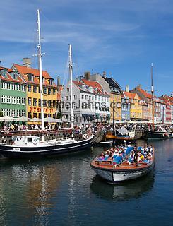 Denmark, Zealand, Copenhagen: Tour boat along Nyhavn (New Harbour) canal lined with boats and former merchant's houses | Daenemark, Insel Seeland, Kopenhagen: Nyhavn, Hafenrundfahrt mit kleinen Ausflugsschiffen
