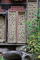 Wildbienen-Nisthilfe aus Lehm, Lehm, Baulehm, Lehm-Sand-Gemisch wird in Kästen, Kisten angeboten, Lehmwand, Lehmwände, Lehmputz. Wildbienen-Nisthilfen, Wildbienen-Nisthilfe selbermachen, selber machen, Wildbienenhotel, Insektenhotel, Wildbienen-Hotel, Insekten-Hotel
