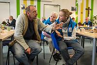 """Am 18. Dezember besuchte Bundespraesident Frank-Walter Steinmeier mit seiner Frau Elke Buedenbender das """"Zentrum am Zoo"""" der Berliner Stadtmission. Sie haben sich ueber die Plaene fuer das kuenftige Zentrum am Zoo mit dem Schwerpunkt Obdachlosigkeit in den Bereichen Beratung, Begleitung und Bildung informiert.<br /> Die Deutsche Bahn hat der Berliner Stadtmission Raeume in einer Groesse von 500 qm auf 25 Jahre zur kostenfreien Nutzung uebergeben.<br /> Der Bundespraesident und seine Ehefrau setzten sich auch mit ehrenamtlichen Helferinnen und Helfern der Stadtmission zusammen und unterhielten sich ueber deren Engagement.<br /> Im Bild: Besucher der Stadtmission und ehrenamtliche Helfer.<br /> 18.12.2017, Berlin<br /> Copyright: Christian-Ditsch.de<br /> [Inhaltsveraendernde Manipulation des Fotos nur nach ausdruecklicher Genehmigung des Fotografen. Vereinbarungen ueber Abtretung von Persoenlichkeitsrechten/Model Release der abgebildeten Person/Personen liegen nicht vor. NO MODEL RELEASE! Nur fuer Redaktionelle Zwecke. Don't publish without copyright Christian-Ditsch.de, Veroeffentlichung nur mit Fotografennennung, sowie gegen Honorar, MwSt. und Beleg. Konto: I N G - D i B a, IBAN DE58500105175400192269, BIC INGDDEFFXXX, Kontakt: post@christian-ditsch.de<br /> Bei der Bearbeitung der Dateiinformationen darf die Urheberkennzeichnung in den EXIF- und  IPTC-Daten nicht entfernt werden, diese sind in digitalen Medien nach §95c UrhG rechtlich geschuetzt. Der Urhebervermerk wird gemaess §13 UrhG verlangt.]"""