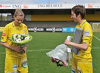 WB Sinaai Girls - Lommel United : huldiging Katrijn Windey met Anouk Bonnarens.foto Joke Vuylsteke / Vrouwenteam.be