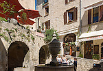 France, Provence-Alpes-Côte d'Azur, Saint-Paul de Vence: Grande Fontaine in Rue Grande, medieval town residence of many artists and artisans, Marc Chagall lived here for 20 years, he is buried at the local cemetery | Frankreich, Provence-Alpes-Côte d'Azur, Saint-Paul de Vence: Grande Fontaine in der Rue Grande, viele Touristen besuchen dieses mittelalterliche Staedtchen, in dem viele Kuenstler und Kunsthandwerker leben, auch Marc Chagall lebte hier 20 Jahre lang, sein Grab befindet sich auf dem hiesigen Friedhof