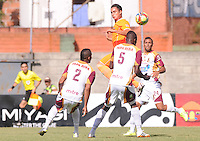 ENVIGADO -COLOMBIA-26-07-2014. Jhonatan Alvarez (Izq) de Envigado FC salta por el balón sobre jugadores de Deportes Tolima durante partido por la fecha 2 de la Liga Postobón II 2014 realizado en el Polideportivo Sur de la ciudad de Envigado./ Jhonatan Alvarez (L) of Envigado FC jumps for the ball over players of Deportes Tolima during match for the second date of the Postobon League II 2014 at Polideportivo Sur in Envigado city.  Photo: VizzorImage/Luis Ríos/STR