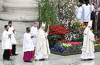 Papa Francesco celebra la messa di Pasqua in Piazza San Pietro, Citta' del Vaticano, 5 aprile 2015.<br /> Pope Francis celebrates the Easter Sunday mass in St. Peter's Square, Vatican, 5 April 2015.<br /> UPDATE IMAGES PRESS/Isabella Bonotto<br /> <br /> STRICTLY ONLY FOR EDITORIAL USE