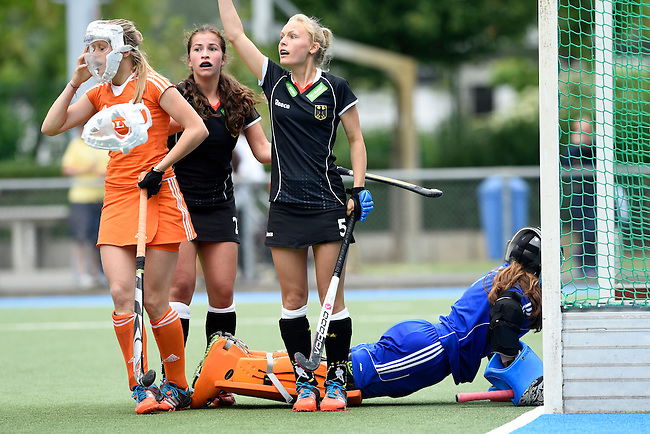 GER - Mannheim, Germany, May 25: During the U16 Girls match between The Netherlands (orange) and Germany (black) during the international witsun tournament on May 25, 2015 at Mannheimer HC in Mannheim, Germany. Final score 1-1 (1-0). (Photo by Dirk Markgraf / www.265-images.com) *** Local caption *** Hanna Bergkamp #15 of The Netherlands, Charlotte Steiner #22 of Germany, Maria Seeger #5 of Germany, Zoe van den Barselaar #1 of The Netherlands