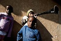 Bambini del villaggio di Sun City a 200 metri dal Royal Bafokeng Stadium di Rustenburg suonano la vuvuzela.USA Ghana 1-2 - USA vs Ghana 1-2.Ottavi di finale - Round of 16 matches.Campionati del Mondo di Calcio Sudafrica 2010 - World Cup South Africa 2010.Royal Bafokeng Stadium, Rustenburg, 26 / 06 / 2010.© Giorgio Perottino / Insidefoto .