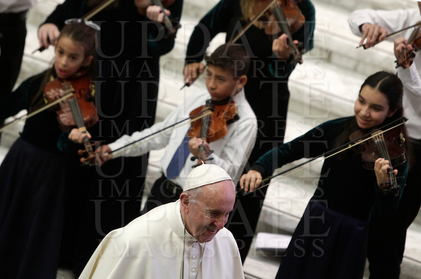 Papa Francesco al termine dell'Udienza Generale del mercoledi' in aula Paolo VI, Citta' del Vaticano, 18 gennaio 2017.<br /> Pope Francis leaves at the end of his weekly general audience in Paul VI Hall at the Vatican, on January 18, 2017.<br /> UPDATE IMAGES PRESS/Isabella Bonotto<br /> <br /> STRICTLY ONLY FOR EDITORIAL USE
