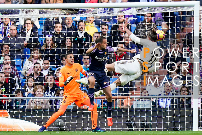 Gareth Bale of Real Madrid with an attempt on goal during the La Liga 2018-19 match between Real Madrid and Real Valladolid at Estadio Santiago Bernabeu on November 03 2018 in Madrid, Spain. Photo by Diego Souto / Power Sport Images
