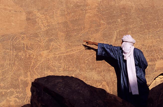 Le Sahara libyen, massif de l'Akakus. Gravure erotique a Tin Latan *** Erotic rock drawing at Tin Latan, Akakus massif. The Libyan Sahara