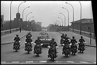 7 Mai 1971. Vue du convoi présidentiel traversant le Pont-Neuf de Toulouse.