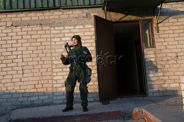 Tanya, Scharfschuetzin der pro-russischen Separatisten, Portrait, Donezk, Ukraine, 10.2014,  Tanya, 19-years old girl, the sniper of the pro-Russian militia gets ready for her task at the barracs of her unit on suburb of Donetsk. ***HIGHRES AUF ANFRAGE*** ***VOE NUR NACH RUECKSPRACHE***