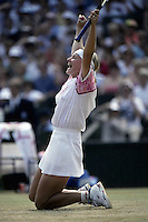 1993, Tennis, Wimbledon, Jana Novotna goes down on het knees after defeating Graf in the final
