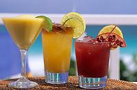 """Iles Bahamas /Ile d'Eleuthera/Harbour Island/ Dunmore Town: Cocktails emblématiques des Bahamas au restaurant de plage """"Sip-Sip"""" au bord de Pink Sand la célèbre plage de sable rose. Coktail a base de Rhum: Rum Punch-Red Passion Punch ou de tequila: Mango margarita // Bahamas Islands / Eleuthera Island / Harbor Island / Dunmore Town: Bahamas emblematic cocktails at the beach restaurant """"Sip-Sip"""" on the edge of Pink Sand, the famous pink sand beach. Rum-based Coktail: Rum Punch-Red Passion Punch or Tequila: Mango Margarita"""