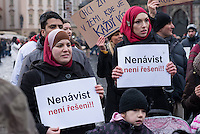 """Am 31. Januar 2015 protestierten auf dem Staromestske Namesti-Platz (Alststaetter Markt / Old Town Square) in Prag Vertreter verschiedener Religionen, Antifaschisten, Sinti und Roma mit einem Gottesdienst, Gesaengen gegen eine Kundgebung von ca. 500 Prager Pegida-Anhaengern. Auf Plakaten und Schildern wurde sich zum Teil ueber die Islamophobie der Pegida-Anhaenger lustig gemacht. Beide Veranstaltungen fanden gleichzeitig nebeneinander auf dem Platz  statt. Aus der Pegida-Kundgebung kamen immer wieder heftige Beschimpfungen und Neonazis versuchten Gegendemonstranten ein Transparent zu entreissen.<br /> Wie in Deutschland bestehen die Pegida auch in Prag aus Neonazis, Hooligans, Islamsfeinde und sog. """"Besorgten Buergern"""".<br /> Im Bild: Muslimische Frauen mit Schildern gegen Pegida.<br /> 31.1.2015, Prag<br /> Copyright: Christian-Ditsch.de<br /> [Inhaltsveraendernde Manipulation des Fotos nur nach ausdruecklicher Genehmigung des Fotografen. Vereinbarungen ueber Abtretung von Persoenlichkeitsrechten/Model Release der abgebildeten Person/Personen liegen nicht vor. NO MODEL RELEASE! Nur fuer Redaktionelle Zwecke. Don't publish without copyright Christian-Ditsch.de, Veroeffentlichung nur mit Fotografennennung, sowie gegen Honorar, MwSt. und Beleg. Konto: I N G - D i B a, IBAN DE58500105175400192269, BIC INGDDEFFXXX, Kontakt: post@christian-ditsch.de<br /> Bei der Bearbeitung der Dateiinformationen darf die Urheberkennzeichnung in den EXIF- und  IPTC-Daten nicht entfernt werden, diese sind in digitalen Medien nach §95c UrhG rechtlich geschuetzt. Der Urhebervermerk wird gemaess §13 UrhG verlangt.]"""