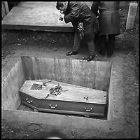 Cimetière de Muret (Haute-Garonne). 3 Janvier 1966. Vue d'un photographe qui photographie le cercueil de Vincent Auriol.
