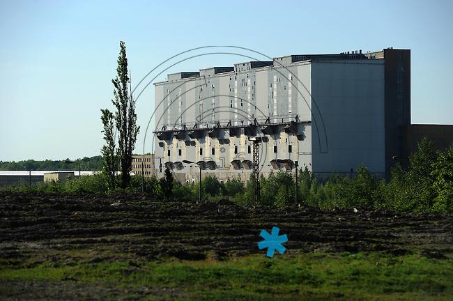 Datierung: 1968 - 1999..Geschichte: 1964 beschloss die Regierung der DDR, am Standort Thierbach ein Wärmekraftwerk zu errichten. Am 19. Juni 1964 wurde die Aufbauleitung Kraftwerk Thierbach gebildet. Mit Wirkung vom 1. Januar 1965 wurde sie in VEB Kraftwerk Thierbach umbenannt. Im Oktober 1965 übernahm der VEB Kraftwerk Elbe, Vockerode, die Leitung der Investitionsmaßnahme Kraftwerk Thierbach. Er verschmolz dazu mit dem VEB Kraftwerk Thierbach zum VEB Kraftwerk Thierbach/Elbe, Vockerode. Ab 1. Januar 1968 gehörte das Kraftwerk Thierbach zum neugegründeten VEB Kraftwerke Lippendorf-Thierbach, ab 1. Juli 1972 wieder VEB Kraftwerk Thierbach. 1969 ging der 1. Block des Kraftwerks Thierbach ans Netz. 1990 wurde das Kraftwerk unter der Bezeichnung Vereinigte Energiewerke AG (VEAG) Kraftwerk Lippendorf/Thierbach, Kraftwerk Thierbach, privatisiert..Abschaltung 1999 . Der 300m hohe Schornstein wurde im Oktober 2002 gesprengt. Heute steht nur noch das Generatorhaus...im Bil: Das Generatorengebäude des alten Kraftwerks Thierbach..Foto: Norman Rembarz..Jegliche kommerzielle wie redaktionelle Nutzung ist honorar- und mehrwertsteuerpflichtig! Persönlichkeitsrechte sind zu wahren. Es wird keine Haftung übernommen bei Verletzung von Rechten Dritter. Autoren-Nennung gem. §13 UrhGes. wird verlangt. Weitergabe an Dritte nur nach  vorheriger Absprache. Online-Nutzung ist separat kostenpflichtig..