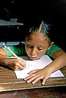 Criança na escola, favela da Rocinha, Rio de Janeiro. 1998. Foto de Juca Martins.