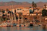 L'île Elephantine est le quartier le plus anciennement habité d'Assouan. On peut se promener dans les ruelles des trois villages nubiens aux maisons très colorées. .