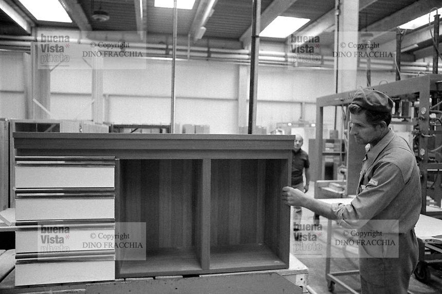 - Due mesi dopo il terremoto del maggio 1976 in Friuli riprende la produzione nella fabbrica di mobili Snaidero di Gemona<br /> <br /> - Two months after the earthquake of May 1976 in Friuli, production was resumed in the Snaidero furniture factory in Gemona.