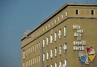 """Protest der Anwohner an der Windmühlenstraße 23-31 / Grünewaldstraße 13-19 und Brüderstraße 1-4 - die Häuser in denen sie wohnen sollen saniert werden - doch damit verliert das Viertel seinen Charme und die Wohnungen ihre Erschwinglichkeit - im Bild: das Gebäude an der Windmühlenstraße von den Bewohnern liebevoll """"Windmühle"""" genannt - Schriftzug """"Wie aus dem Ei gepellt durch..""""..Foto: aif / Norman Rembarz..Jegliche kommerzielle wie redaktionelle Nutzung ist honorar- und mehrwertsteuerpflichtig! Persönlichkeitsrechte sind zu wahren. Es wird keine Haftung übernommen bei Verletzung von Rechten Dritter. Autoren-Nennung gem. §13 UrhGes. wird verlangt. Weitergabe an Dritte nur nach  vorheriger Absprache. Online-Nutzung ist separat kostenpflichtig.."""