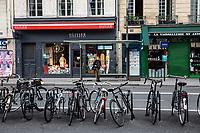 Paris. Una donna con mascherina aspetta il bus