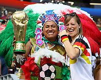 Deutsche und Mexikanische Fans feiern zusammen friedlich bei der Weltmeisterschaft - 17.06.2018: Deutschland vs. Mexico, Luschniki Stadium Moskau