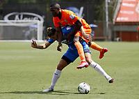 ENVIGADO - COLOMBIA, 28–02-2021: Andres Cordoba de Envigado F. C. y Agustin Vuletich de Deportivo Independiente Medellin disputan el balon, durante partido entre Envigado F. C. y Deportivo Independiente Medellin de la fecha 10 por la Liga BetPlay DIMAYOR I 2021, en el estadio Polideportivo Sur de la ciudad de Envigado. / Andres Cordoba of Envigado F. C. and Agustin Vuletich of Deportivo Independiente Medellin fight for the ball, during a match between Envigado F. C. and Deportivo Independiente Medellin of 10th date for the BetPlay DIMAYOR I 2021 League at the Polideportivo Sur stadium in Envigado city. Photo: VizzorImage / Juan A. Cardona / Cont.