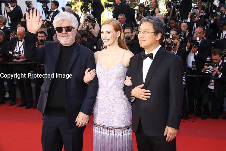 Pedro Almodovar, Jessica Chastain et Park Chan-wook sur le tapis rouge pour la projection du film en competition OKJA lors du soixante-dixiËme (70Ëme) Festival du Film ‡ Cannes, Palais des Festivals et des Congres, Cannes, Sud de la France, vendredi 19 mai 2017.