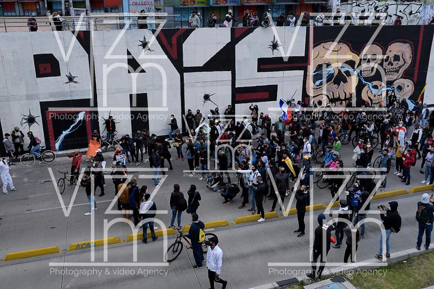 BOGOTA - COLOMBIA, 21-09-2020: Miles de personas salieron a las calles del centro de Bogotá, hoy, 21 de septiembre de 2020, para conmemorar el Día Internacional de La Paz y además protestar por la violencia desmedidad que se viven en Colombia. / Thousands of people took to the streets of the center of Bogotá, today, September 21, 2020, to commemorate the International Day of La Paz and also to protest against the excessive violence that is experienced in Colombia. Photo: VizzorImage / Mariano Vimos / Cont