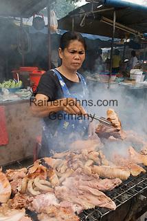 Thailand, Southern Thailand, Province Surat Thani, Ko Samui island: Roadside local market with woman BBQing   Thailand, Suedthailand, Provinz Surat Thani, Insel Ko Samui: Grillfleisch vom Strassenstand