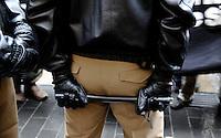 Bundesweite Demonstration von linken Gruppierungen in der Leipziger Innenstadt - vom Bahnhof durch die Stadt zogen ca. 1000 Demonstranten - unter einem auf 3000 Teilnehmer ausgerichteten enormen Polizeiaufgebot - durch die City - im Bild: Feature - Polizist hält den Gummiknüppel hinter dem Rücken einsatzbereit . Foto: Norman Rembarz..Norman Rembarz ,  Holbeinstr. 14, 04229 Leipzig, Tel.: 01794887569, Hypovereinsbank: BLZ: 86020086, KN: 357889472, St.Nr.: 231/261/06432 - Jegliche kommerzielle Nutzung ist honorar- und mehrwertsteuerpflichtig! Persönlichkeitsrechte sind zu wahren. Es wird keine Haftung übernommen bei Verletzung von Rechten Dritter. Autoren-Nennung gem. §13 UrhGes. wird verlangt. Weitergabe an Dritte nur nach  vorheriger Absprache..