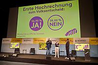 Wahlfeier der Kampagne Deutsche Wohnen & Co. enteignen am Sonntag den 26. September 2021 in Berlin.<br /> Nach den ersten bekanntgegebenen Zahlen haben sich ueber 57 Prozent der an der Volksabstimmung Beteiligten fuer eine Vergesellschaftung grosser Immobilienkonzerne wie Deutsche Wohnen, Vonovia und anderen ausgesprochen.<br /> Links im Bild: Rouzbeh Taheri, einer der Sprecher der Kampagne fuer das Volksbegehren.<br /> 26.9.2021, Berlin<br /> Copyright: Christian-Ditsch.de