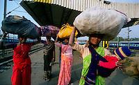 Delhi / India.Scene di vita quotidiana. Alcune donne con voluminosi fardelli fotografate nella stazione ferroviaria di New Delhi..Foto Livio Senigalliesi.Delhi / India.Scenes of daily life. Some women with large bundles photographed in the mail railway station in New Delhi.Photo Livio Senigalliesi.