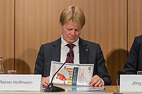"""Vorstellung des DGB-Index """"Gute Arbeit"""" am Mittwoch den 15. November 2017 in Berlin.<br /> Mit dem DGB-Index """"Gute Arbeit"""" zeigt der Deutsche Gewerkschaftsbund (DGB) einen umfassenden Ueberblick über die Befragungsergebnisse des Inifes-Institut zum Thema digitale und analoge Arbeit, die Folgen der Digitalisierung für die Arbeitssituation und betrachtet Zusammenhaenge mit der Vereinbarkeit von Arbeit und Familie.<br /> In dem Index wird u.a. deutlich, dass sich Beschaeftigte, die mit digitalen Mitteln arbeiten, haeufiger Sorgen um die Zukunft ihres Arbeitsplatzes machen. Vor allem bei gering Qualifizierten und Geringverdienern sind diese Aengste ausgepraegter. Hinsichtlich der psychischen Arbeitsanforderungen zeigen sich Zusammenhaenge mit einem staerkeren Zeit- und Termindruck, mit Arbeitsverdichtung sowie haeufigeren Stoerungen und Unterbrechungen.<br /> Im Bild: Reiner Hoffman, DGB-Vorsitzender.<br /> 15.11.2017, Berlin<br /> Copyright: Christian-Ditsch.de<br /> [Inhaltsveraendernde Manipulation des Fotos nur nach ausdruecklicher Genehmigung des Fotografen. Vereinbarungen ueber Abtretung von Persoenlichkeitsrechten/Model Release der abgebildeten Person/Personen liegen nicht vor. NO MODEL RELEASE! Nur fuer Redaktionelle Zwecke. Don't publish without copyright Christian-Ditsch.de, Veroeffentlichung nur mit Fotografennennung, sowie gegen Honorar, MwSt. und Beleg. Konto: I N G - D i B a, IBAN DE58500105175400192269, BIC INGDDEFFXXX, Kontakt: post@christian-ditsch.de<br /> Bei der Bearbeitung der Dateiinformationen darf die Urheberkennzeichnung in den EXIF- und  IPTC-Daten nicht entfernt werden, diese sind in digitalen Medien nach §95c UrhG rechtlich geschuetzt. Der Urhebervermerk wird gemaess §13 UrhG verlangt.]"""