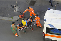 - Epidemia di Coronavirus, ricovero di un paziente, Milano, Maggio 2020.<br /> <br /> - Coronavirus epidemic, hospitalization of a sick person, Milan, May 2020