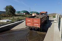 TURKEY Bandirma, Edincik, 2.1 MW biogas plant of company Telko where chicken dung from surrounded chicken farms is fermented to gas which is used for generation of electric power, biogas plant was installed by german company Bioconstruct / TUERKEI Bandirma, Edincik, 2.1 MW Biogasanlage der Firma Telko, hier wird Huehnermist von umliegenden Huehnereier Legebatterien zu Biogas und Strom, die Anlage wurde von der deutschen Firma BioConstruct errichtet, Anlieferung von Huehnerkot