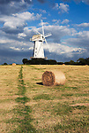 Grossbritannien, England, Kent, Sandhurst: Windmuehle und Strohballen   Great Britain, England, Kent, Sandhurst: Windmill amongst hay bales.