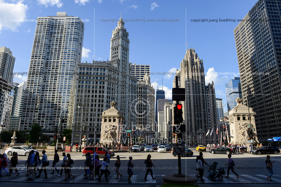 USA Chicago, downtown, E Wacker Drive-Michigan Avenue, historical Wrigley´s tower with clock, former headquarter of chewing gum company Wrigley, built 1921 / Stadtzentrum mit Hochhaeusern