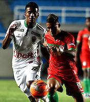 CALI - COLOMBIA – 13 -02-2017: Miguel Medina (Der.) jugador de Cortulua, disputa el balón con Raul Loaiza (Izq.) jugador de Patriotas FC, durante partido entre Cortulua y Patriotas FC, por la fecha 3 de la Liga Aguila I 2017 jugado en el estadio Pascual Guerrero de la ciudad de Cali. / Miguel Medina (R) of player of Cortulua vies for the ball with Raul Loaiza (L), player of Patriotas FC, during a match Cortulua and Patriotas FC, for the date 3 of the Liga Aguila I 2017 played at the Pascual Guerrero stadium in Cali city. Photo: VizzorImage / Luis Ramirez / Staff.